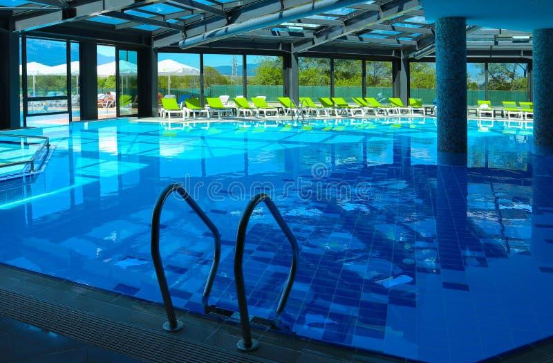 Scala del metallo della piscina nell'acqua Le scale dello stagno si chiudono su immagini stock