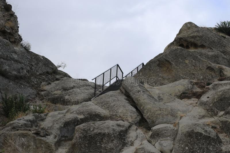 Scala del metallo su roccia immagini stock