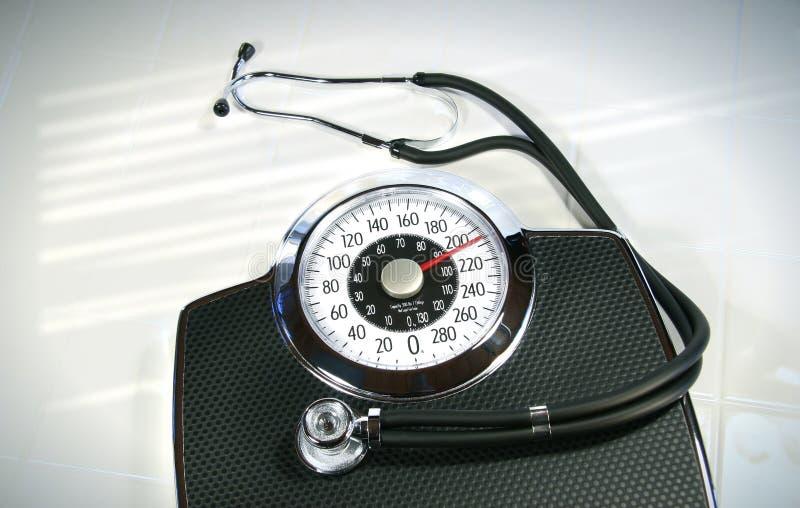 Scala del peso con lo stetoscopio fotografia stock libera da diritti