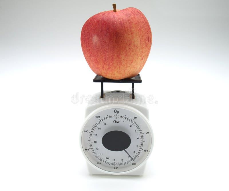 Scala del peso e del Apple fotografie stock