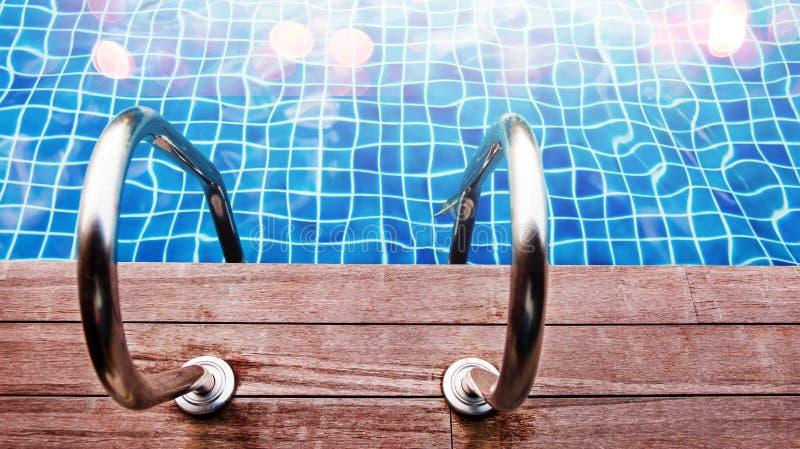 Scala del Poolside Entrata alla piscina con Empy Woode fotografie stock