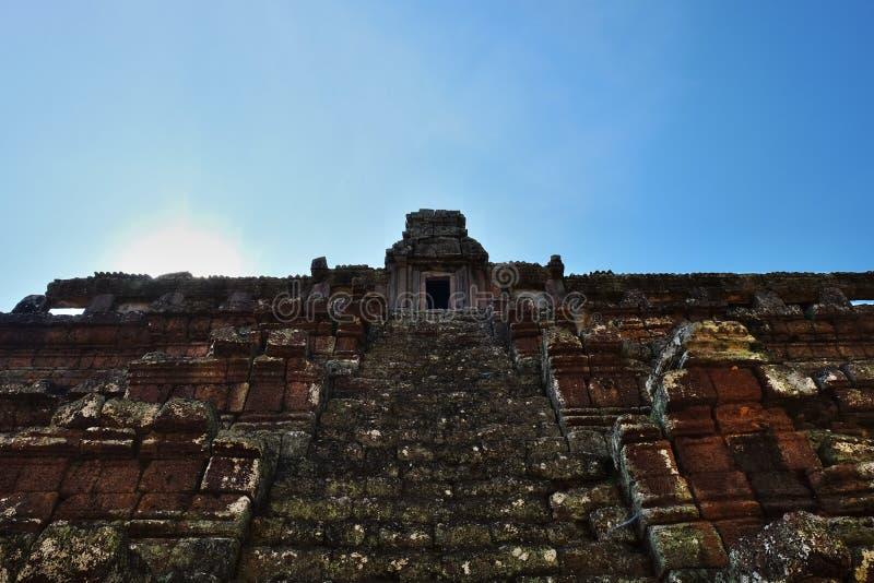 Scala del tempio indù antico che porta Le rovine di un tempio khmer medievale Struttura di pietra dilapidata fotografia stock