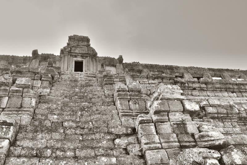 Scala del tempio indù antico che porta Le rovine di un tempio khmer medievale Struttura di pietra dilapidata immagine stock