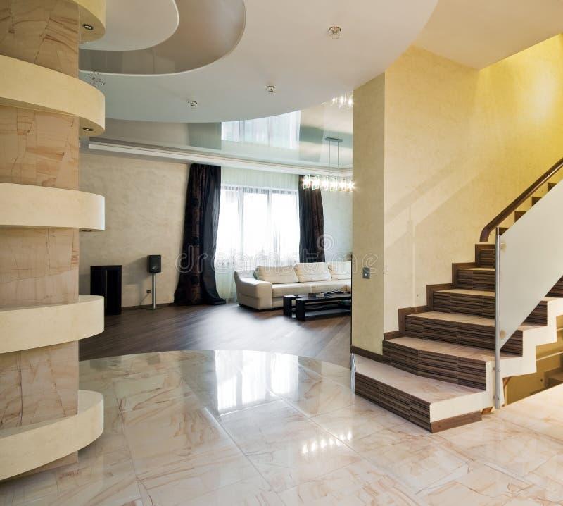 Scala della casa del corridoio nuova fotografia stock for Costo della nuova casa