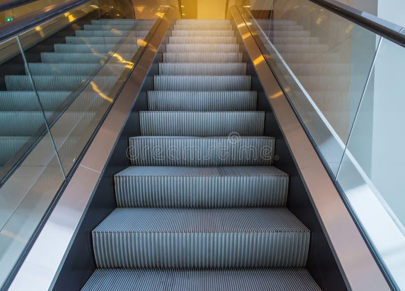 scala delle scale mobili dentro l'edificio per uffici moderno fotografia stock libera da diritti