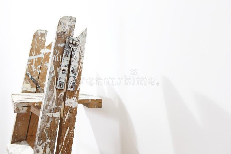 Scala di legno del pittore, parete pendente fotografia stock libera da diritti