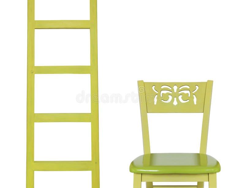 Scala di legno e una sedia di legno isolata su fondo bianco fotografia stock