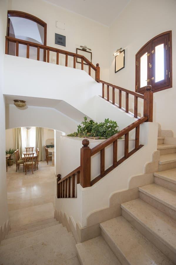 Scala di marmo nella casa di lusso della villa con il for Descrizioni di casa di lusso