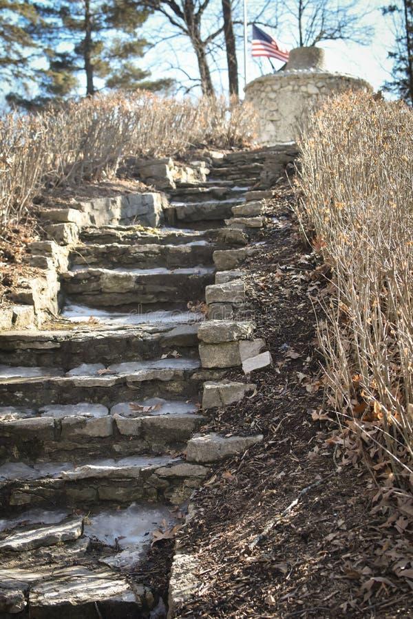 Scala di pietra che conducono per stufare al parco di Phelps, Decorah, IA fotografie stock