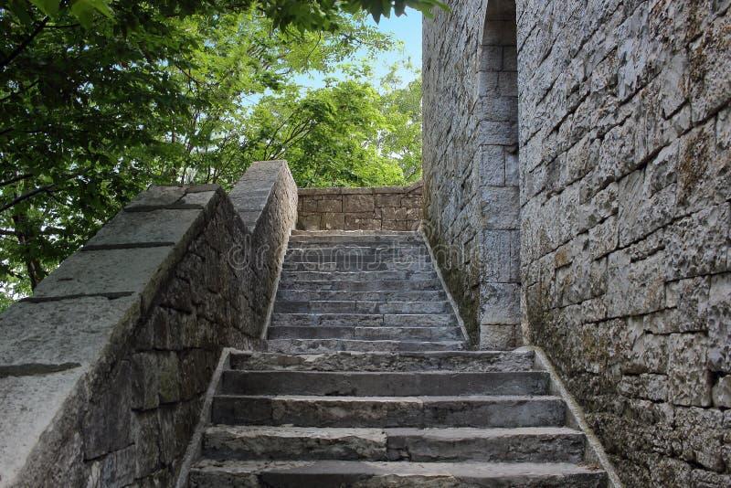 Scala di pietra nell'antico castello orizzontale immagini stock libere da diritti