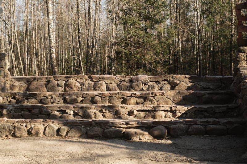 Scala di punti di pietra scale dalle pietre naturali nel parco fotografie stock