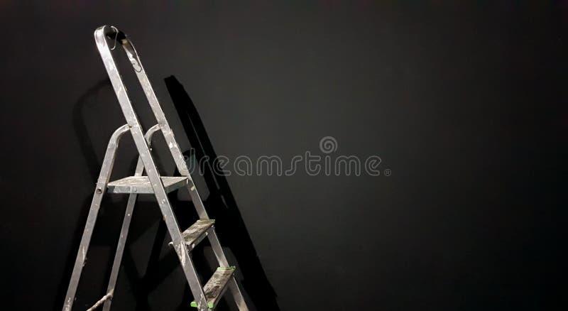 Scala a gradino di ferro contro una parete grigia Preparazione delle riparazioni a domicilio Alluminio vecchio e sporco in una st illustrazione vettoriale