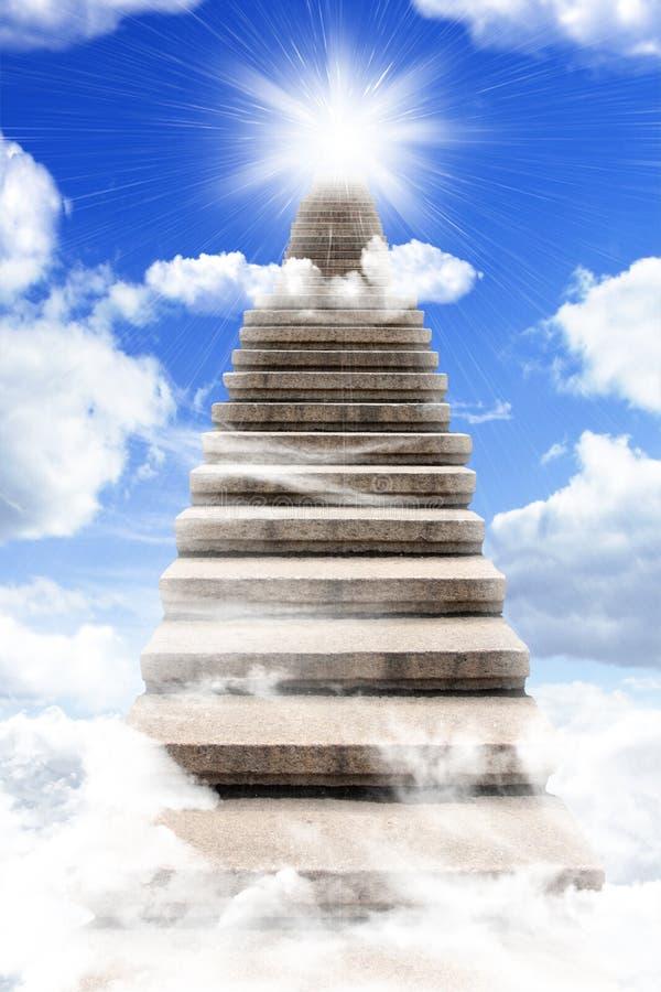 Scala lunghe a cielo immagini stock libere da diritti