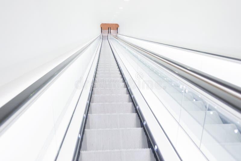 Scala lunghe profonde, alto, museo di arte luminoso della scala mobile moderno fotografia stock