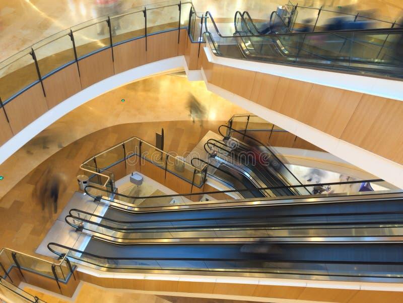 Scala mobile in un centro commerciale immagine stock