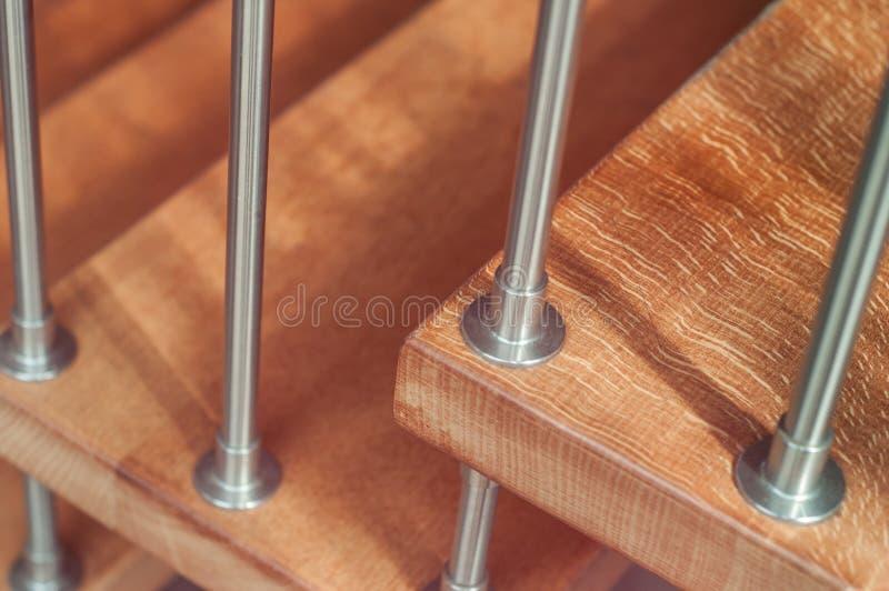 scala moderna di legno con la ferrovia metallica immagine stock libera da diritti