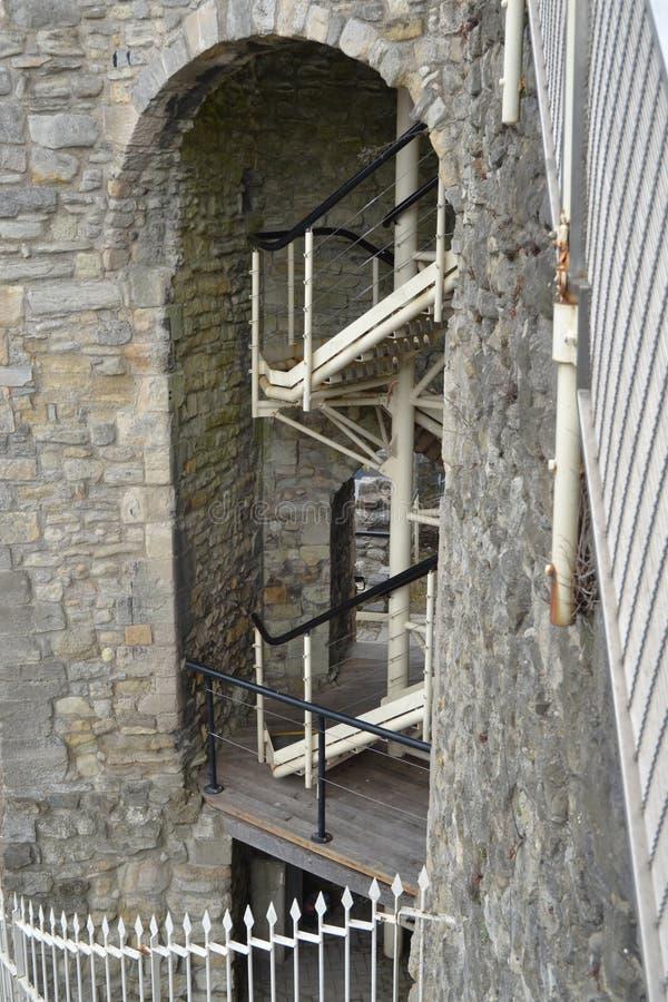 Scala moderne sulla parete di pietra della vecchia città fotografia stock