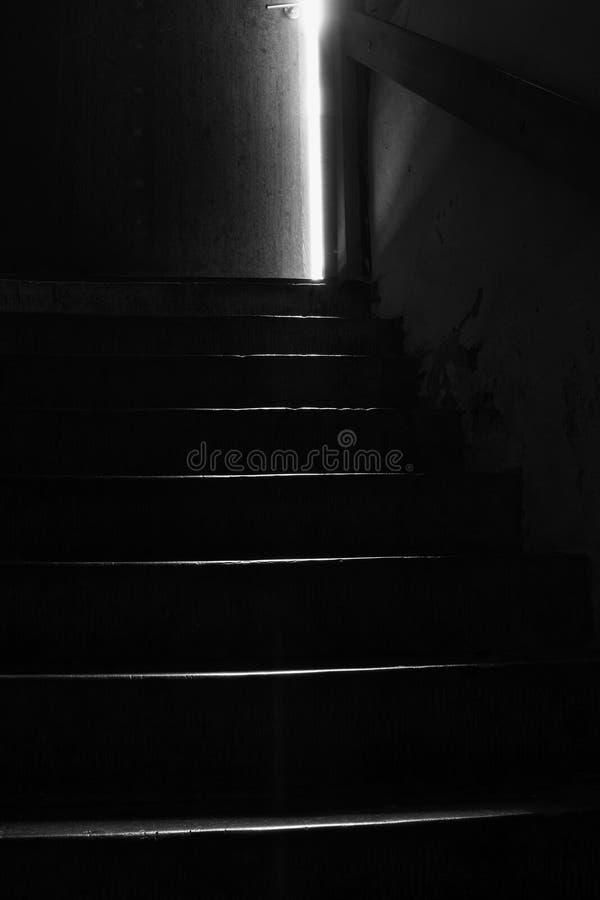 Scala nei darknes di una cantina fotografia stock libera da diritti