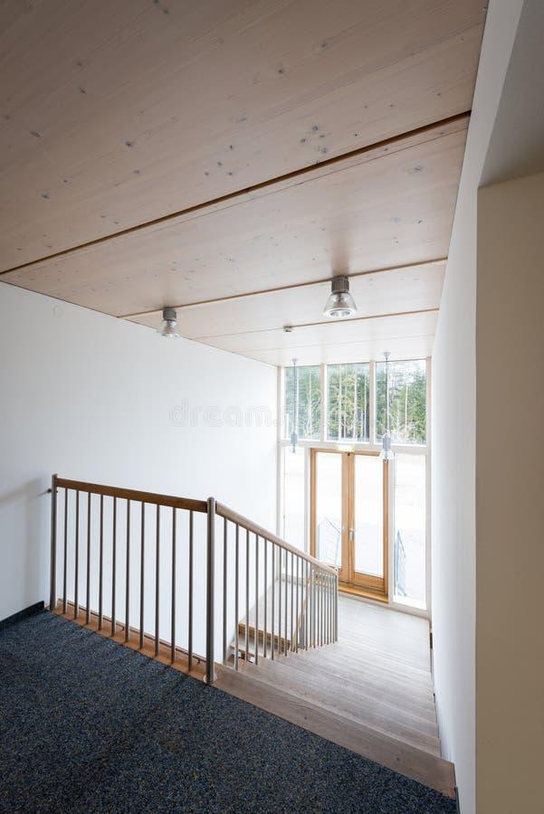 Scala nell'edificio per uffici di legno fotografie stock