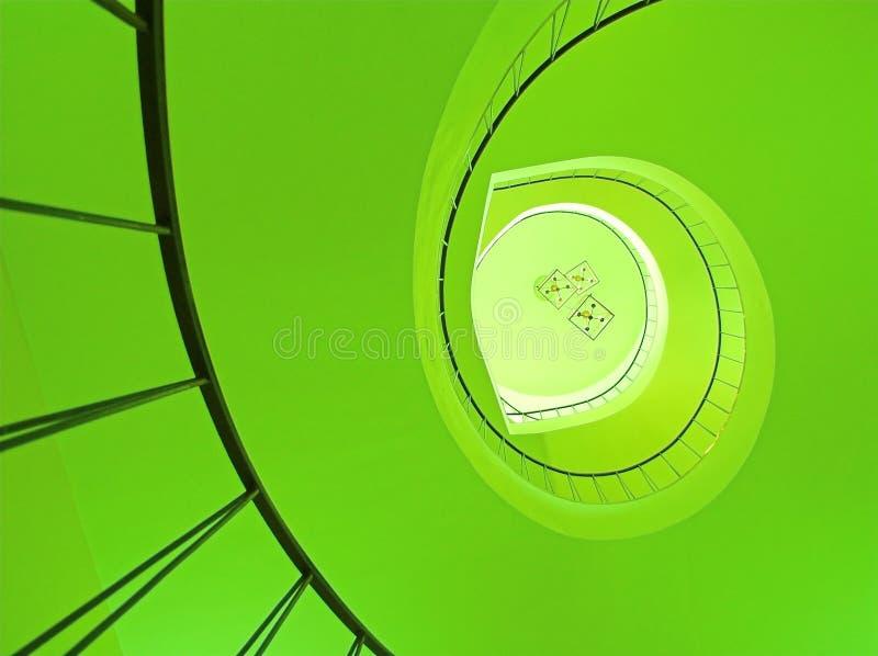 Scala a spirale nel verde fotografie stock