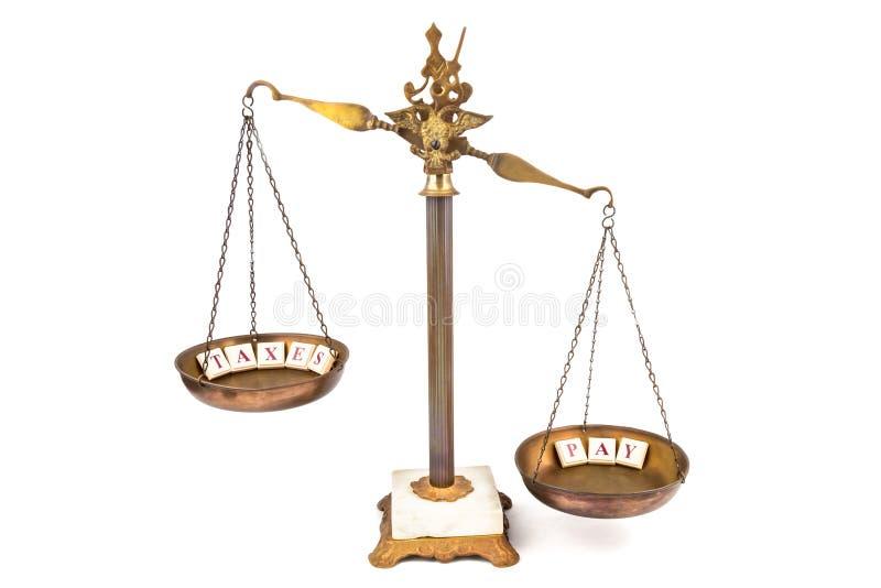 Scala squilibrata Paghi più delle tasse immagine stock
