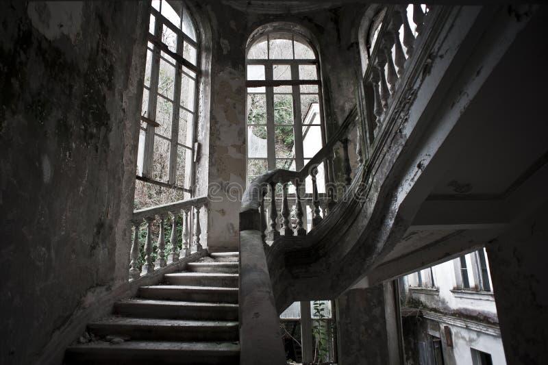 Scala in vecchio hotel abbandonato immagine stock