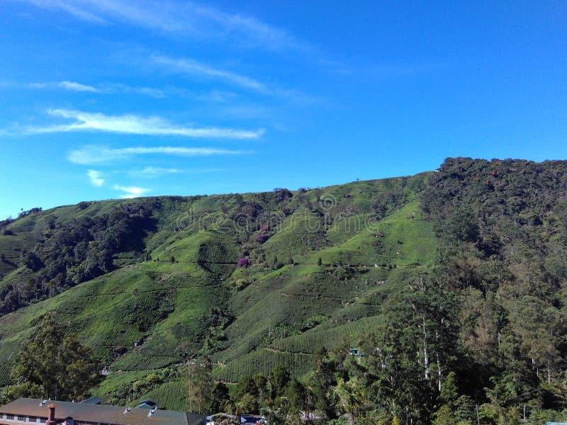 Scalando alla montagna per cielo blu immagini stock libere da diritti