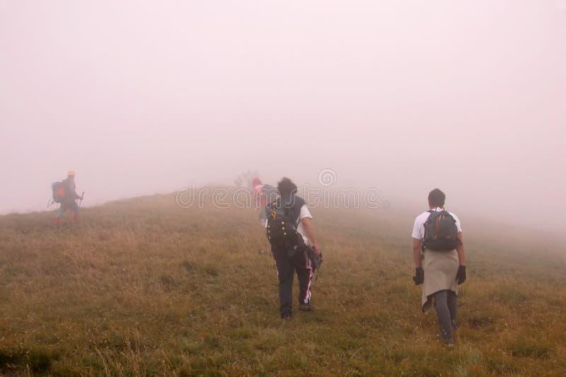 Scalata del picco in nebbia immagine stock libera da diritti