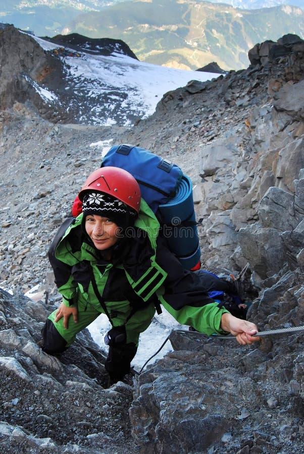 Scalata della donna dell'alpinista fotografie stock libere da diritti