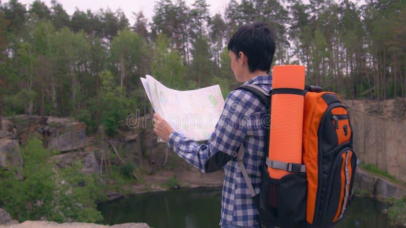 Scalatore in canyon con lo zaino immagine stock libera da diritti