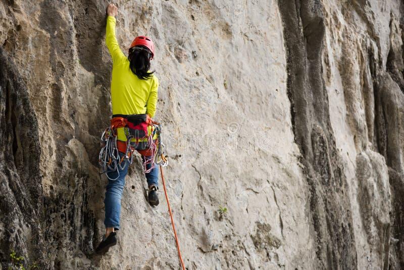 Scalatore che sta davanti alla scogliera della montagna all'aperto fotografie stock libere da diritti