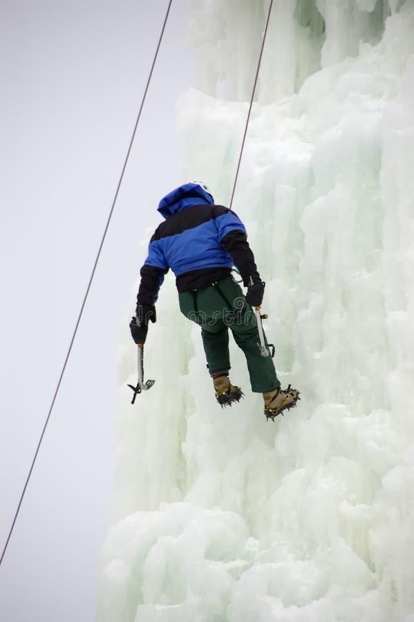 Scalatore Daring del ghiaccio su una corda fotografie stock