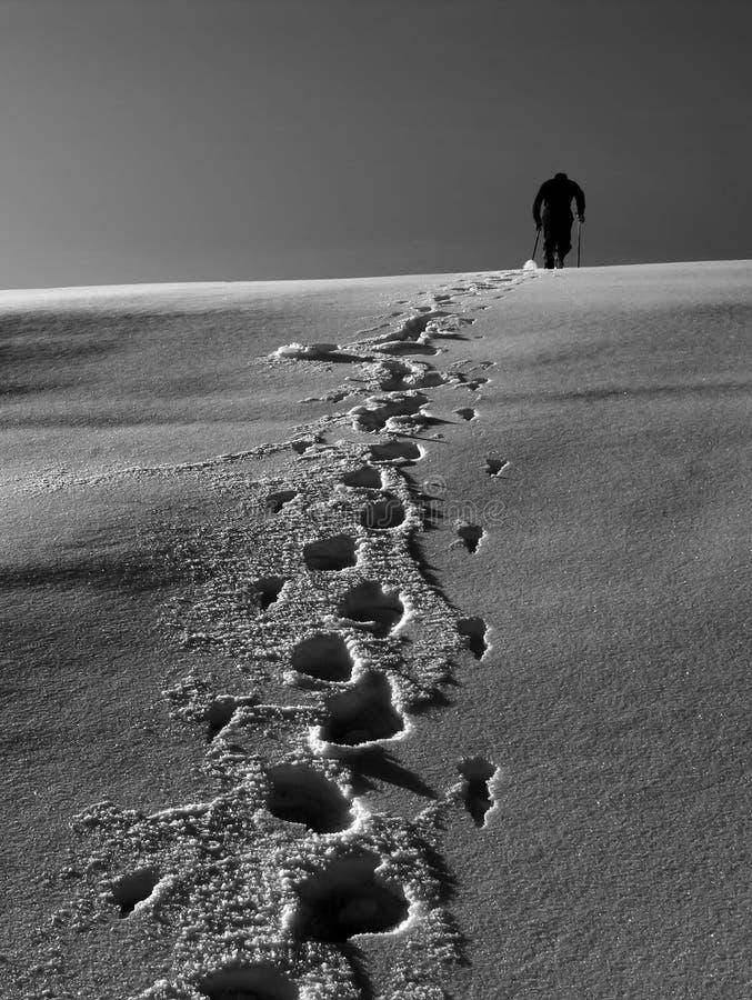 Scalatore della neve in montagne immagini stock