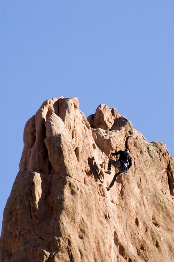 Scalatore della roccia alla parte superiore immagini stock
