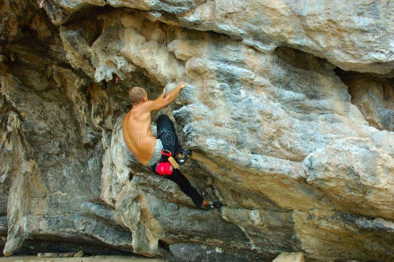 Scalatore della roccia alla spiaggia di Railay, Krabi, Tailandia. immagini stock libere da diritti