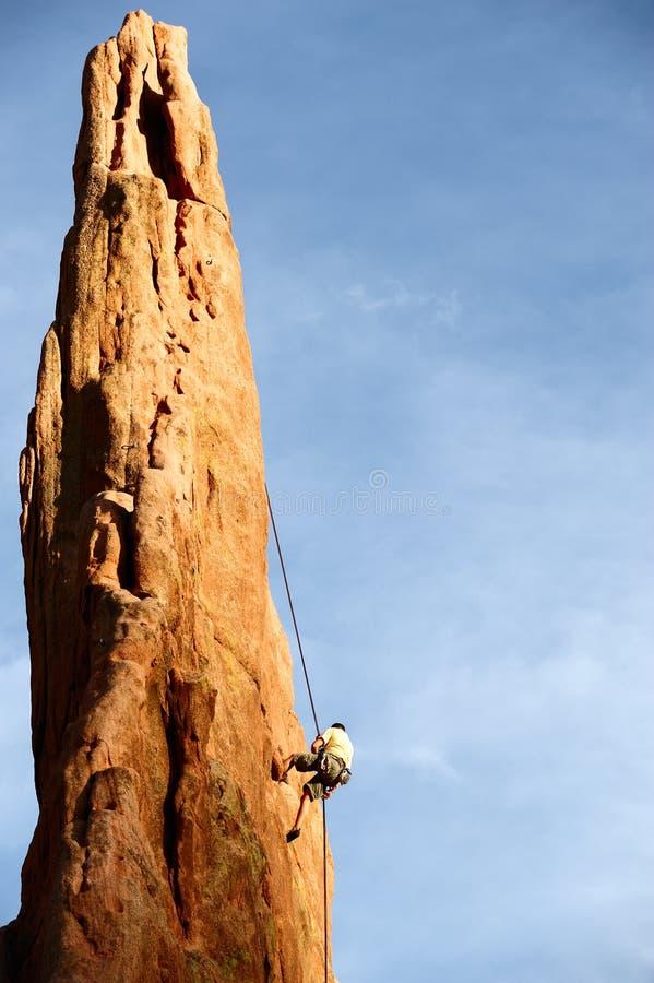 Scalatore della roccia che Rappelling fotografie stock