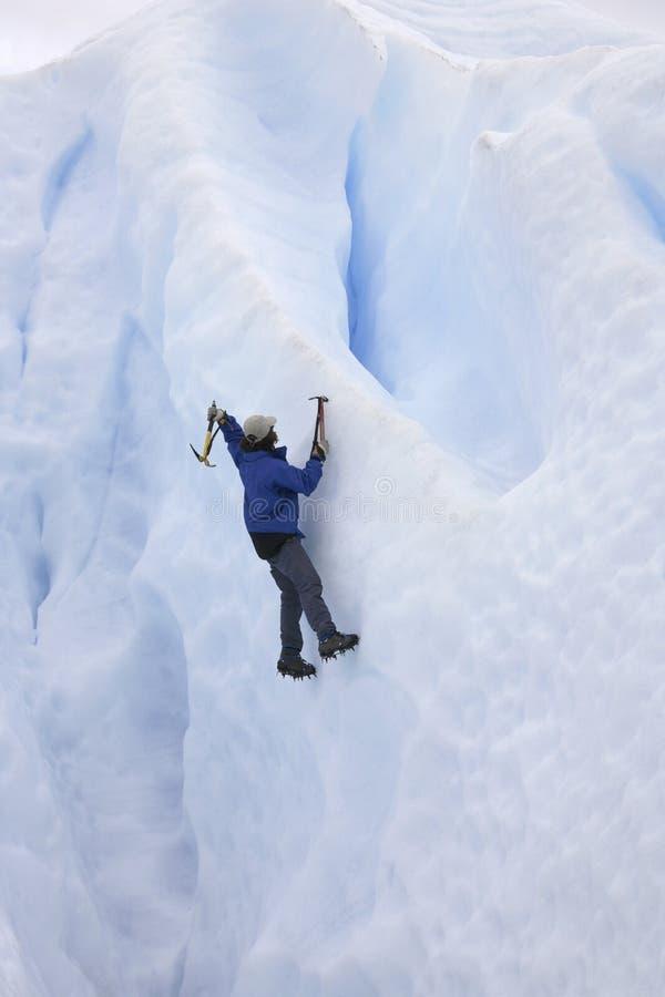 Scalatore di ghiaccio - ghiacciaio di Perito Moreno immagini stock