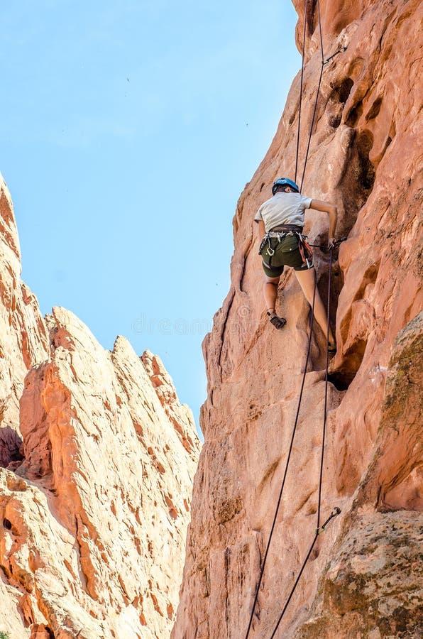 Scalatore di montagna della roccia che prende i leasons rampicanti fotografia stock libera da diritti