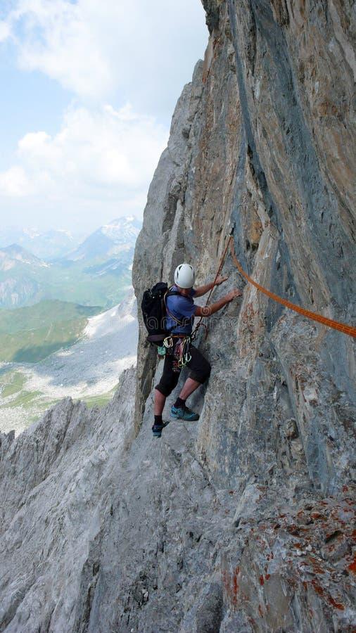 Scalatore di montagna maschio su un itinerario ripido di arrampicata nelle alpi svizzere vicino a Klosters fotografia stock libera da diritti