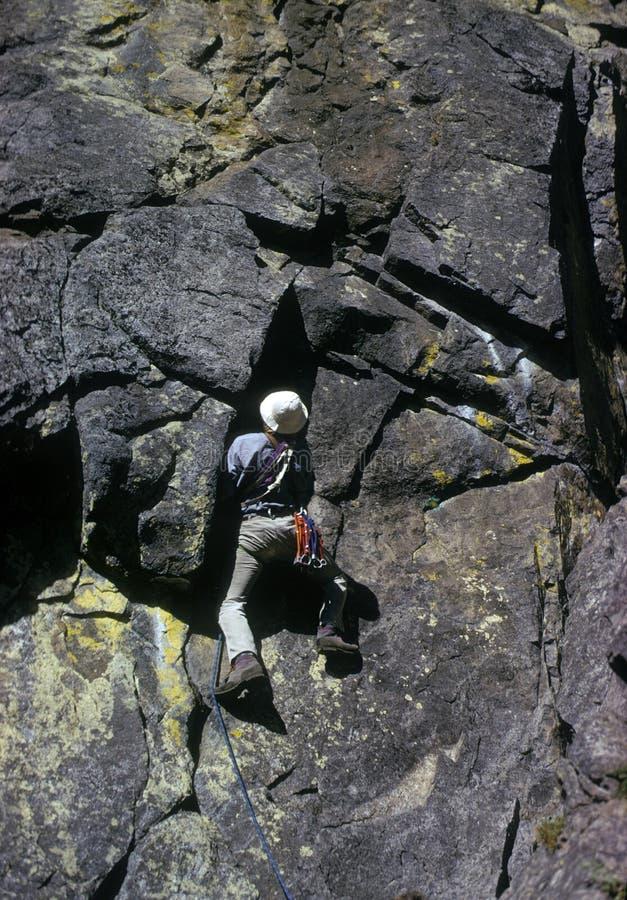 Scalatore di roccia su sporgenza fotografia stock