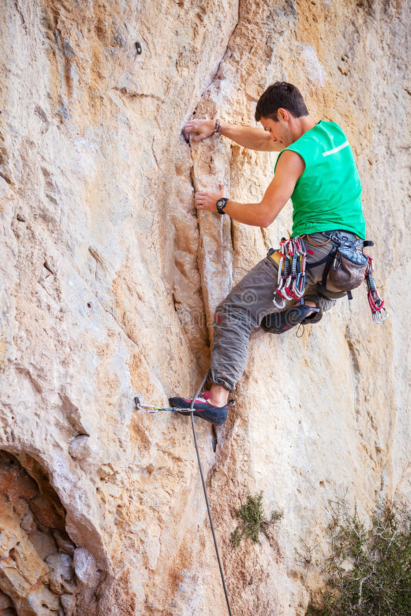 Scalatore di roccia su una scogliera fotografia stock