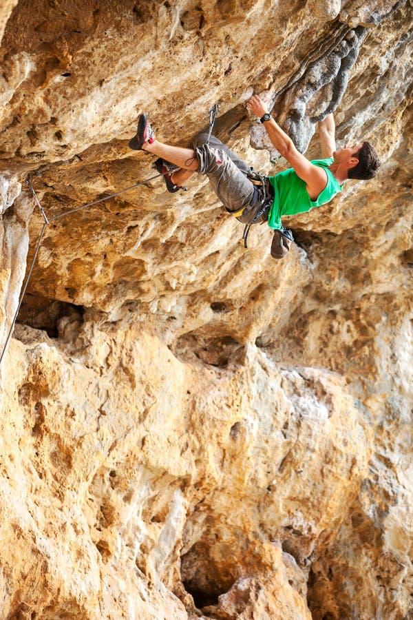 Scalatore di roccia su una scogliera immagine stock