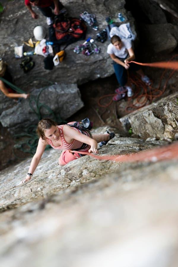 Scalatore femminile della roccia immagine stock