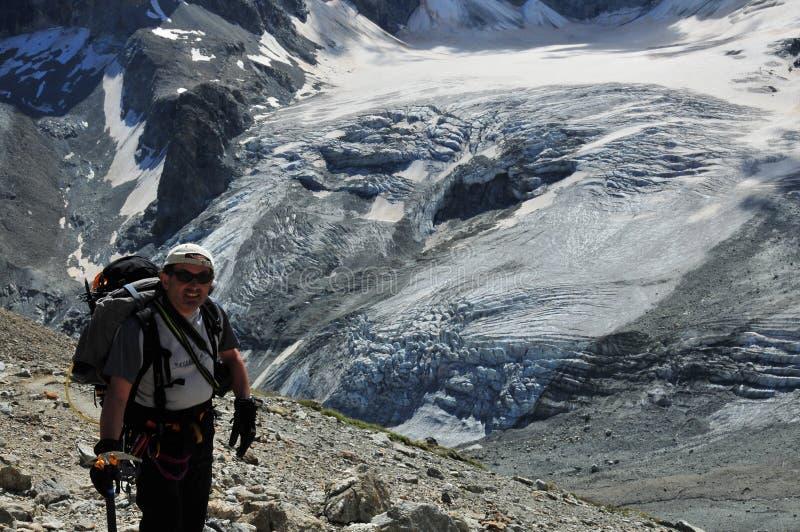 Scalatore sopra il ghiacciaio di Tiefmatten immagine stock libera da diritti