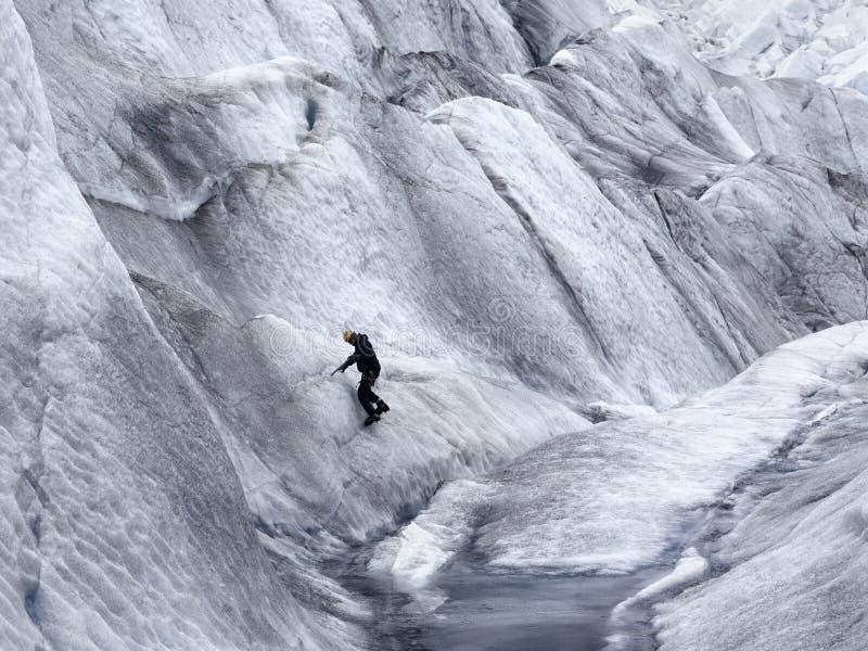 Scalatore su ghiaccio sul ghiacciaio di Mendenhall fotografia stock libera da diritti