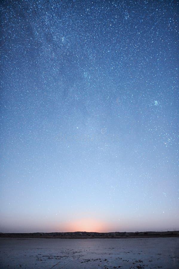 Scalatore su una montagna nevosa immagini stock libere da diritti