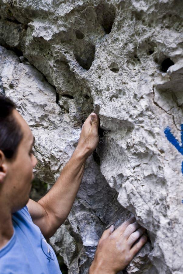 Scalatore su una roccia   immagine stock
