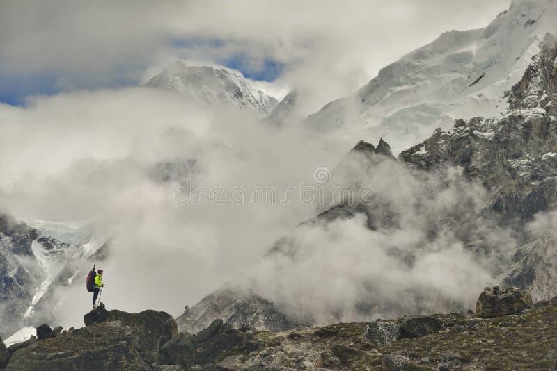 Scalatore sulla valle di Khumbu L'Himalaya, Nepal fotografia stock