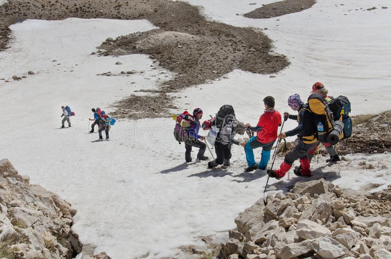 Scalatori che discendono dalla sommità della montagna fotografia stock libera da diritti