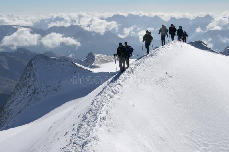 Scalatori nelle montagne immagini stock